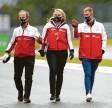 ?? Foto: dpa ?? Mit seinen Teammitgliedern inspizierte Mick Schumacher (rechts) die Strecke unter der Nürburg.
