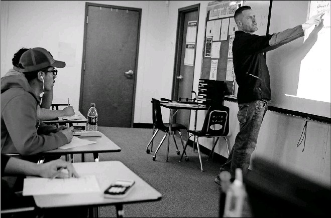 ?? Andy Jacobsohn/Staff Photographer ?? Gary Don Moore instructs students at his math models class at Plano East. Fellow teacher Charles Randall now leads Moore's classes as Moore, who has difficulty talking, takes a secondary role.