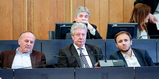 ??  ?? Dibattito Caramaschi (al centro) in consiglio fra Baur e Gennaccaro Più dietro, Silvano Baratta