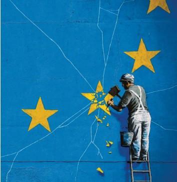 ?? Foto: Matt Dunham, dpa ?? Das Brexit‰Wandbild von Banksy in Dover zeigt einen Mann, der die EU‰Flagge mit einem Hammer entfernt. Damit er das nicht schafft, braucht es Reformen. Wieder einmal.