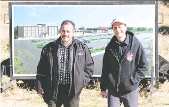 ?? NICK BRANCACCIO/FILES ?? Norbert Bolger, left, of Nor-built Construction, and Amherstburg Mayor Aldo Dicarlo envisioned a hotel project at Simcoe Street and Meloche Road in 2018. Bolger now says `our thinking has changed.'
