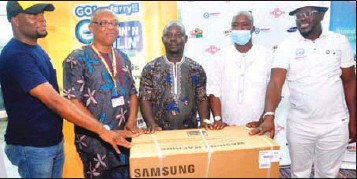 ??  ?? •From right: Balogun, Mr Sikiru Lawal, Raffle Draw Winner Clement Olaniyi, Prof Asenime and Elivate9ja boss George Ogan at the event.