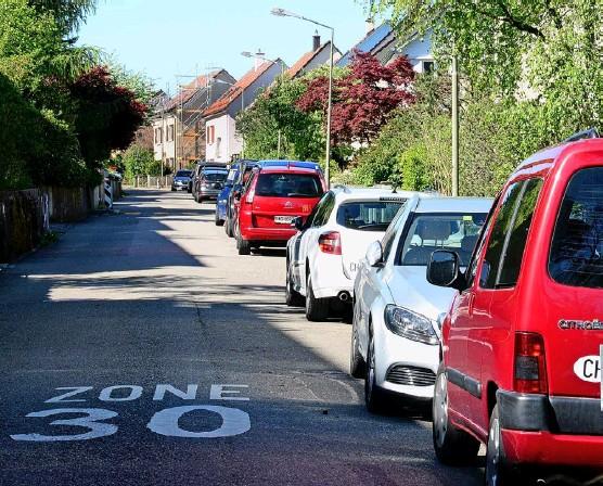?? Foto: Marc Dahinden ?? An der Irchelstrasse könnte bald Schluss sein mit dem dichten Parkieren. Einige Anwohner wollen das nicht einfach hinnehmen.