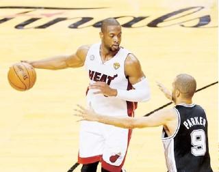 ??  ?? DWYANE WADE, del Heat, busca penetrar ante la defensa de Tony Parker, de los Spurs.