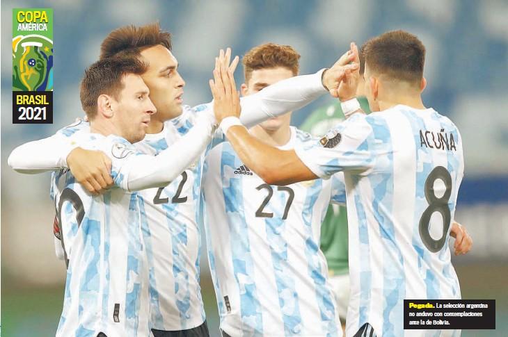 ??  ?? Pegada. La selección argentina no anduvo con contemplaciones ante la de Bolivia.