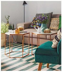 ??  ?? MEZCLA DE TEXTURAS Los textiles decoran por sí mismos gracias a sus calidades y dinámicos dibujos, como la alfombra geométrica o los cojines estampados, de Zara Home y de Olholm.