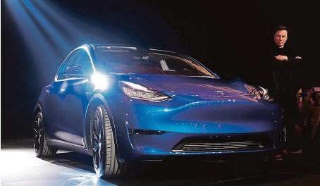 ?? FOTO ČTK/AP ?? Noční představení. Teslu Y včera představil šéf americké automobilky Elon Musk ve vývojovém centru Tesly v Hawthorne v Kalifornii.