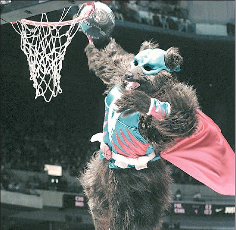 ?? COLIN PRICE — PROVINCE FILES ?? Super Grizz does his slam-dunk routine between quarters back in 1996.
