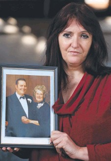 ?? Picture: LUKE BOWDEN ?? HEARTBROKEN: Tracey Smith with a photo of her late mum and dad.