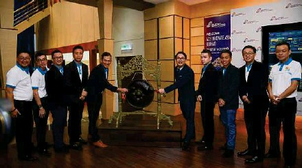??  ?? ACE Innovate Asia Bhd director and chief executive officer Go Yoong Chang ( fifth, from right) with directors and officials during the company's listing on the LEAP Market of Bursa Malaysia yesterday.