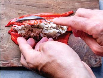 ??  ?? חיתוך ומילוי. הכנת הפלפלים הממולאים באורז ובבשר
