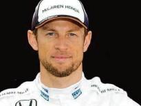 ?? Bai Xue/Xinhua ?? O britânico Jenson Button posa para fotos; o piloto poderá ficar a uma corrida de igualar Schumacher