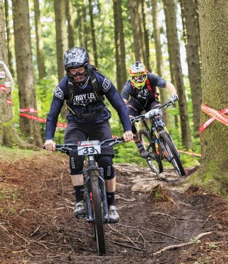 ?? Foto: imago images/Rainer Weisflog ?? Mountainbike-Rennnen: Bei der Disziplin Enduro geht's rasend schnell bergab.