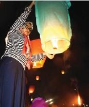 ?? GALIH WICAKSONO/JAWA POS ?? HARAPAN LEBIH BAIK: Riyanti, anggota Armapala, melepas lampion pada Minggu malam (13/5).