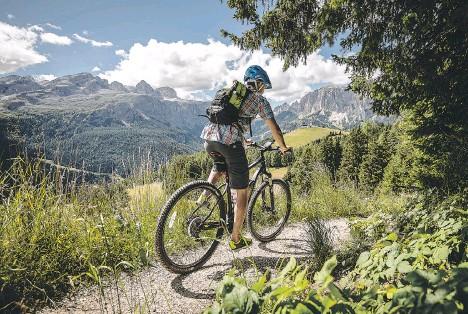 ??  ?? Nelle vallate intorno alla Marmolada e al gruppo del Sella ci sono 33 percorsi per e-bike da scoprire