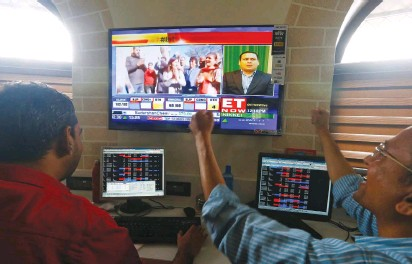 ??  ?? TRADERS REACT as they watch the news on television at a stock brokerage in Mumbai yesterday.