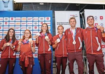 ?? FRESHFOCUS ?? Die gelandeten Olympiamedaillen-Gewinnerinnen und -Gewinner strahlen am Flughafen Zürich.