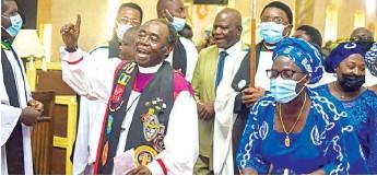 ??  ?? Archbishop Kwashi and wife, Dr. ( Mrs.) Gloria Kwashi dancing at the thanksgiving service