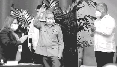 ?? Ariel Ley Royero/acn ?? Raul Castro waved during a Communist Party congress Friday as President Miguel Diazcanel (right) applauded. Castro's resignation as first secretary of the party means that for the first time in over 60 years, a Castro won't be formally guiding Cuban affairs.