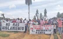 ??  ?? Vecinos de los dos distritos del Alto Paraná exigen una conexión física sobre el río Monday.