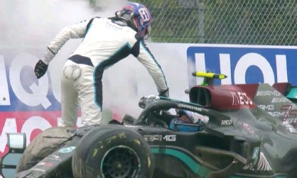 ?? Photograph: Sky Sports ?? George Russell (standing) and Valtteri Bottas in the wake of the crash on Sunday.