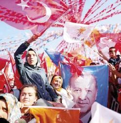 ?? Ansa ?? Sostenitori Folla a un comizio del presidente Erdogan