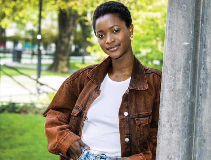 ??  ?? Modellen Oumie Jammeh har gått en mängd stora visningar och prytt modemagasinens förstasidor. Efter pandemin och sin mammaledighet hoppas hon kunna ta upp karriären på nytt.