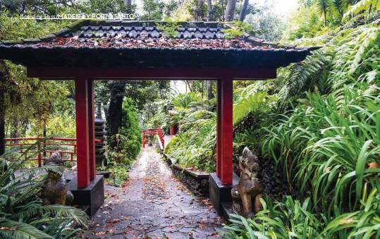 ??  ?? Dos visitas imprescindibles. Arriba: El Jardín Japonés ocupa una gran parte del histórico Monte Palace Tropical Garden. Este parque cuenta con más de cien mil especies vegetales de todo el mundo. Derecha: Cámara Lobos, un pintoresco pueblo de pescadores, mantiene su esencia y atractiva forma de vida.