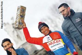 ??  ?? Todo son risas. Nairo Quintana disfrutó en el podio del Tour de La Provence con su triunfo en la general de la ronda gala. El colombiano había despachado el día anterior una ascensión soberbia hasta el Chalet Reynard en la ruta hacia el coloso Mont Ventoux.