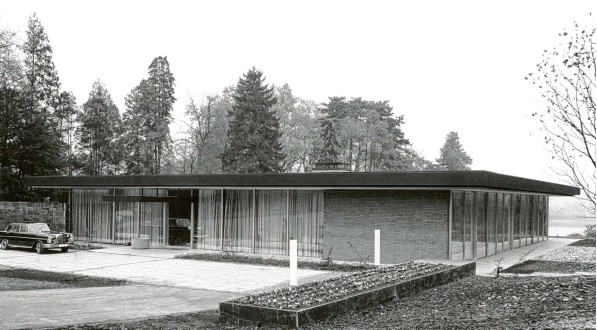 ?? Foto: dpa ?? Im Auftrag von Ludwig Erhard entwarf Architekt Sep Ruf in den frühen 1960er Jahren den Kanzler‰Bungalow in Bonn – mit seinen offenen Glasfronten ein Sinnbild für das demokratische Deutschland.