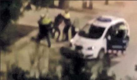 ??  ?? Momento del vídeo en el que los agentes inician la reducción del sospechoso