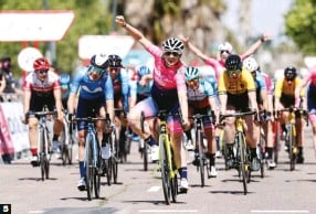 ??  ?? 5 La vida en rosa. Dos dianas este mes para Chiara Consonni (Valcar), aquí en la Vuelta CV Féminas sobre Guarischi.
