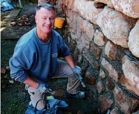 ?? FOTOS (): FRANZISKA GRÄFENHAN ?? Dietmar Schönemann restauriert die Mauern des mittelalterlichen Wohnturmes in Wandersleben, die durch den Efeubewuchs beschädigt wurden.