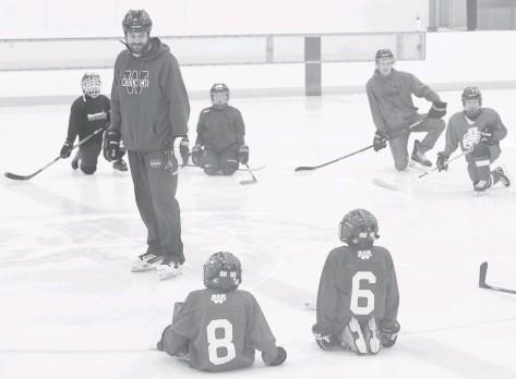 ??  ?? Coach Mike Ellis on the ice at the WMC with his Woolwich Minor Hockey Association U9 team. Sǵ˪́˱ڂ ġǵɂĖɟǵ˱
