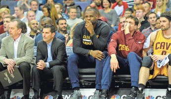 ?? TOMMY GILLIGAN, USA TODAY SPORTS ?? LeBron James, center, sat out Sunday's blowout loss to the Wizards. It was the Cavs' second consecutive loss, after the Raptors clipped the Cavs 99-97 on Friday.