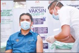 ??  ?? 拉茲吉丁週六在布城衛生局,接種新冠肺炎疫苗。