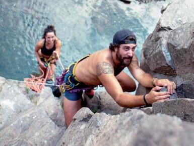 ??  ?? Montagna Attila Dalla Palma durante una scalata. Il giovane youtuber ha creato una guida per l'alta quota