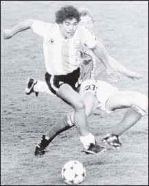 ?? 1982, THE ASSOCIATED PRESS ?? Argentina's Diego Maradona (front) was attacked by Belgium's Guy Vandermissen in the opener of the 1982World Cup in Barcelona, Spain. The Argentine great led his country to the 1986World Cup title.