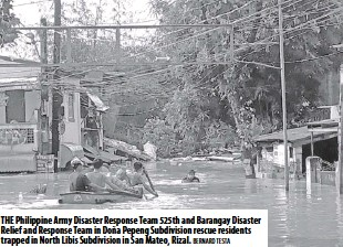 ??  ?? The Philippine Army Disaster Response Team 525th and Barangay Disaster Relief and Response Team in Doña Pepeng Subdivision rescue residents trapped in North Libis Subdivision in San Mateo, Rizal. Bernard Testa