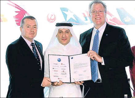 ?? ARCHIVO ?? Willie Walsh junto a Al Baker y Bruce Ashby, director ejecutivo de Oneworld, en Doha