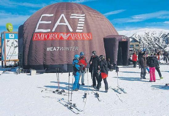 ?? Sport Hotels ?? El espectacular 'igloo lounge' instalado en el Pla d'Espiolets para dar a conocer la moda de Emporio Armani.