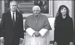 ?? PLINIO LEPRI, REUTERS ?? George W. Bush and his wife, Laura Bush, meet yesterday with the Pope. In a breach of protocol, Mr. Bush kept calling the Pope 'sir' instead of 'His Holiness.'