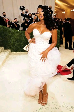 ?? (Getty) ?? The rapper wore a white gown by Coach