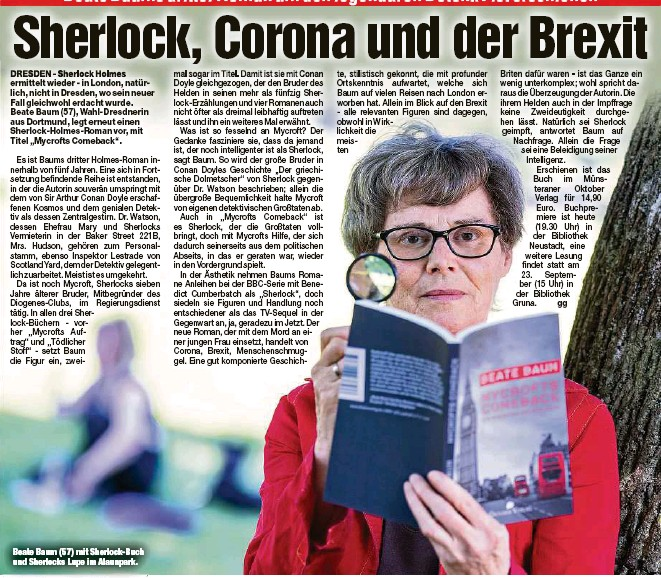 ?? ?? Beate Baum (57) mit Sherlock-Buch und Sherlocks Lupe im Alaunpark.