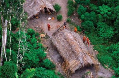 ??  ?? Sobre estas líneas, fotografía tomada de otro grupo de no contactados, éstos en mitad de las profundas selvas de la Amazonía.