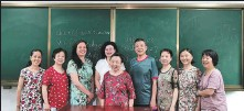 ?? PROVIDED TO CHINA DAILY ?? Peng Shengwu (middle) poses with her classmates at a university for seniors in Changsha, Hunan province.