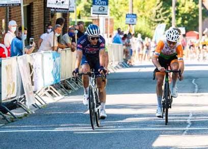 """?? FOTO GMD ?? Diether Sweeck, die hier in de derde rit van de Ronde van Vlaams-Brabant in Bertem de spurt voor de derde plaats wint tegen Niels Merckx: """"Ik heb eigenlijk geen verklaring voor het feit dat het niet beter gaat. Ik had nochtans een heel goede zomercampagne op de weg."""""""