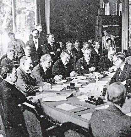 ?? FOTO ČTK ?? Edvard Beneš a francouzský premiér Aristide Briand (po jeho pravici) na zasedání Společnosti národů, Ženeva 1926