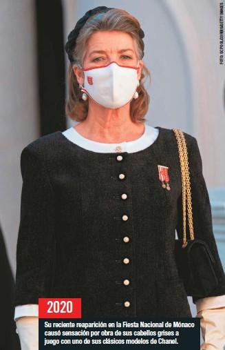 ??  ?? Su reciente reaparición en la Fiesta Nacional de Mónaco causó sensación por obra de sus cabellos grises a juego con uno de sus clásicos modelos de Chanel.