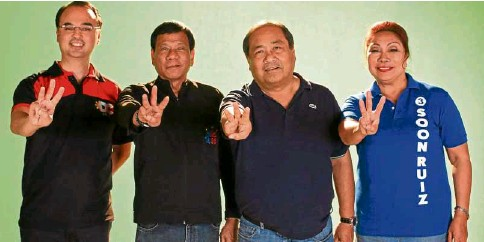 ?? CONTRIBUTED PHOTO ?? FOUR FOR CEBU Presidential candidate Davao City Mayor Rodrigo Duterte and running mate Sen. Alan Peter Cayetano flash the team sign with One Cebu gubernatorial candidate Winston Garcia and running mate Nerissa Soon Ruiz as the two tandems sealed an alliance in the vote-rich province.